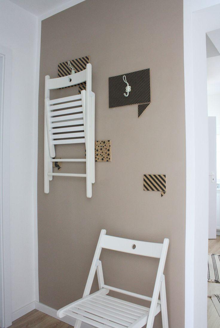 IKEA HACK: Terje Klappstühle dekorativ verstaut! In einer kleinen Wohnung freut man sich über jeden Zentimeter, den man als Stauraum nutzen kann. Klappstühle eignen sich perfekt als Zusatzstühle und können bei Bedarf in Küche, Schlafzimmer, Bad oder Balkon dazugestellt werden. IKEAS Terje sind auch noch hübsch und machen sich gut als Wanddeko. Mit dieser Aufhängung sieht die Wand auch noch schön aus, wenn die Stühle gerade nicht dran hängen.