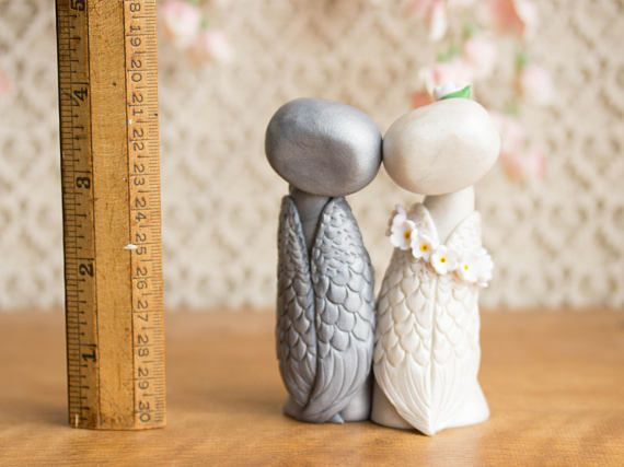 Ce souvenir hibou gâteaux de mariage dispose de deux chouette ensemble de figurines - une mariée blanc et un gris groom - orné de fleurs blanches. Je les sculpté à la main avec un mélange personnalisé composé polymère qui a un éclat subtil et persillage. Leurs yeux sont des perles en cristal Swarovski et ils tiennent 4-pouces de haut.  Vous recevrez la même paire exacte qui est dans les photos, et ils sont prêt-à-partir. Ils vont être sur leur chemin dans les trois jours ouvrables suivant le…