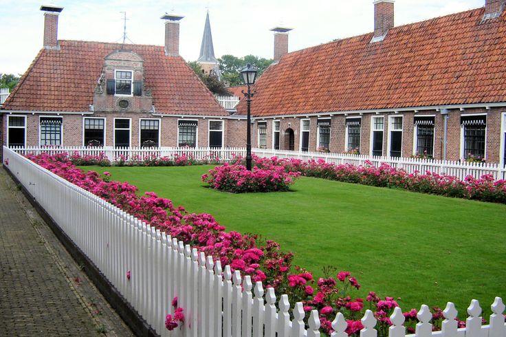 Henricus Popta stichtte in 1711 het Poptagasthuis. Het gebouw werd in 1713 voltooid, een half jaar na het overlijden van Popta. Het was bestemd voor behoeftige weduwen en alleenstaande oudere vrouwen. Rond het binnenhof lagen oorspronkelijk 26 eenkamerwoningen. In de 19e eeuw werd het gasthuis uitgebreid met een tweede hofje voor echtparen. De vrouwen hadden vrij wonen en kregen jaarlijks enkele uitkeringen in natura.