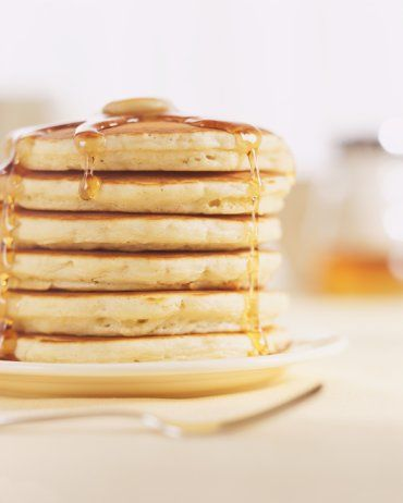 Panquecas Para o Papai - Para fazer as panquecas você irá precisar de: - 3 ovos (separe a gema da clara) - 115g de farinha de trigo - 140ml de leite - 1 colher de sopa bem cheia de bicarbonato de sódio - Pitada de sal