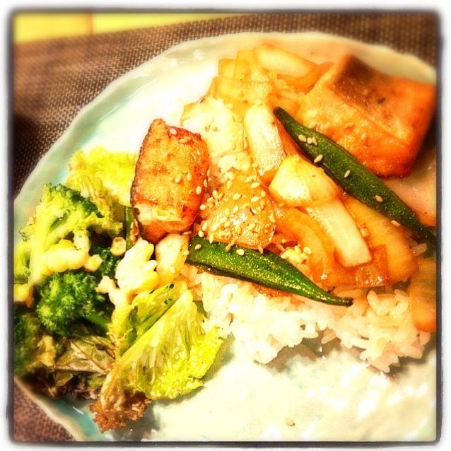 今日は忙しかったので簡単ご飯。鮭の照り焼き丼とブロッコリーのサラダ - 9件のもぐもぐ - 鮭の照り焼き丼、サラダ by あさこ