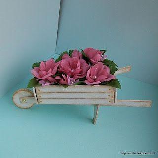 Carrinho floral feito com papel cartão (tem molde)