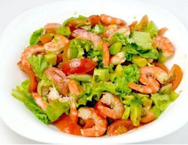 Salad with avocado and prawns