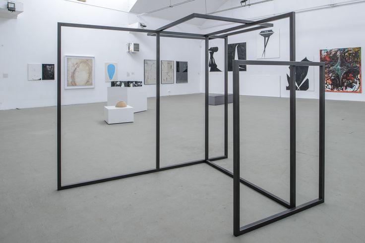 """Widok wystawy – na pierwszym planie: Małgorzata Szymankiewicz, """"Zestawienie"""", 2015, fot. Wojciech Pacewicz"""