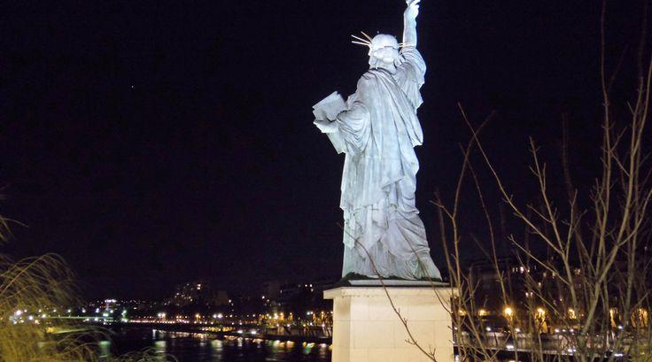 's Nachts waakt het Vrijheidsbeeld over de Seine - Bekijk meer foto's op www.reiskrantreporter.nl/reports/3192