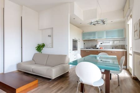 Dai un'occhiata a questo fantastico annuncio su Airbnb: Vista lago zona centrale - Condomini in affitto a Desenzano del Garda, Lombardia, Italia