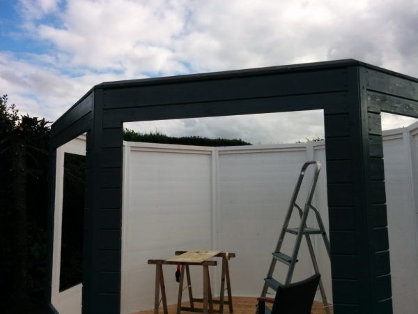 Heute habe ich den erforderlichen Rahmen für das Dach an den Pavillon angebracht. Eine Schräge aus Kantholz 80x60 auf 32 Grad gesägt auf der Tischsäge. Das hat gut geklappt. Die Säge hat eine Schnitttiefe von 80 mm. Mehr als die von Makita und erheblich mehr als das CMS von Festool. Jetzt ist alles bereit für den Dachbau.  Der Pavillon hat jetzt schon eine sehr... #festo #festool #festoolkapex