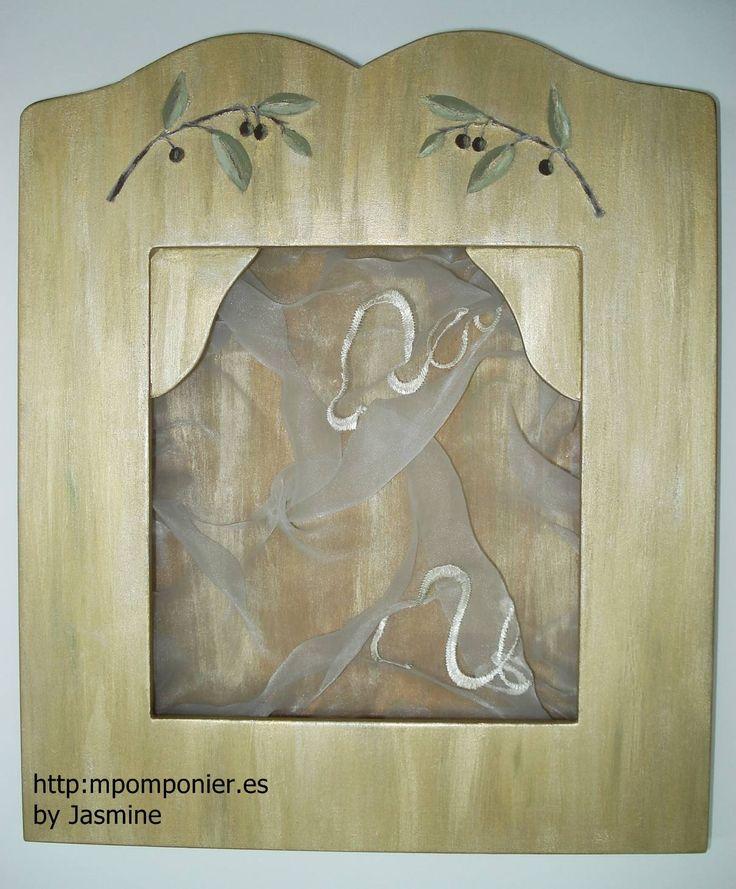 Στεφανοθήκη Ελιά  Ξύλινη ζωγραφιστή στεφανοθήκη σε χρώματα πράσινο λαδί και χρυσό. Στο επάνω μέρος της στεφανοθήκης είναι ζωγραφισμένα δυο κλαδιά ελιάς. Εσωτερικά διαθέτει ύφασμα από οργαντίνα. Τιμή: 80.00€