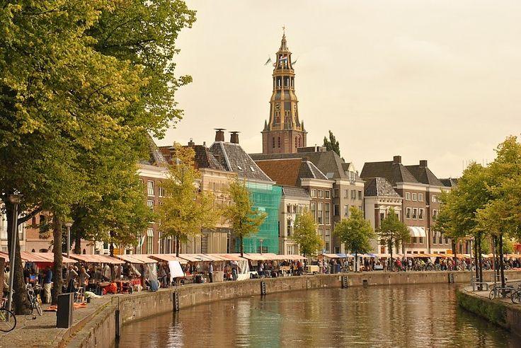 28 augustus Bommen Berend Markt aan Hoge der A, Groningen. The Netherlands. Strip- en boekenmarkt.