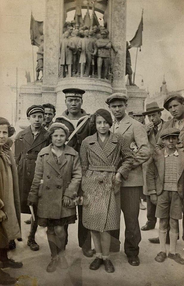 Taksim Cumhuriyet Anıtı önünde bir fotoğraf (1927-1930 yılları arası)#istanbul #taksim #istanlook