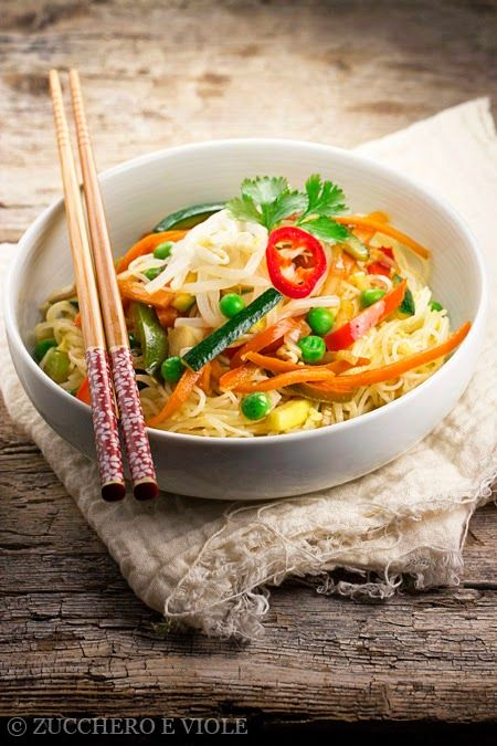 Spaghetti di riso saltati con verdure e salsa di soia