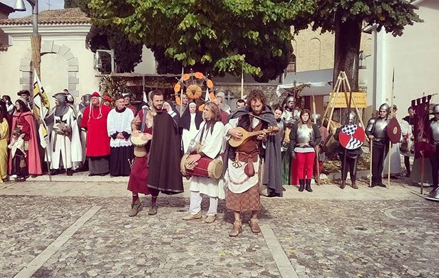 Musici in piazza #festadellazucca #rievocazionestorica #TerzodiAquileia #SanMartinodiTerzo #madrebadessa #corteo #musici #borgomedievale #medioevo #halloween #igersfvg #turismofvg #igersud