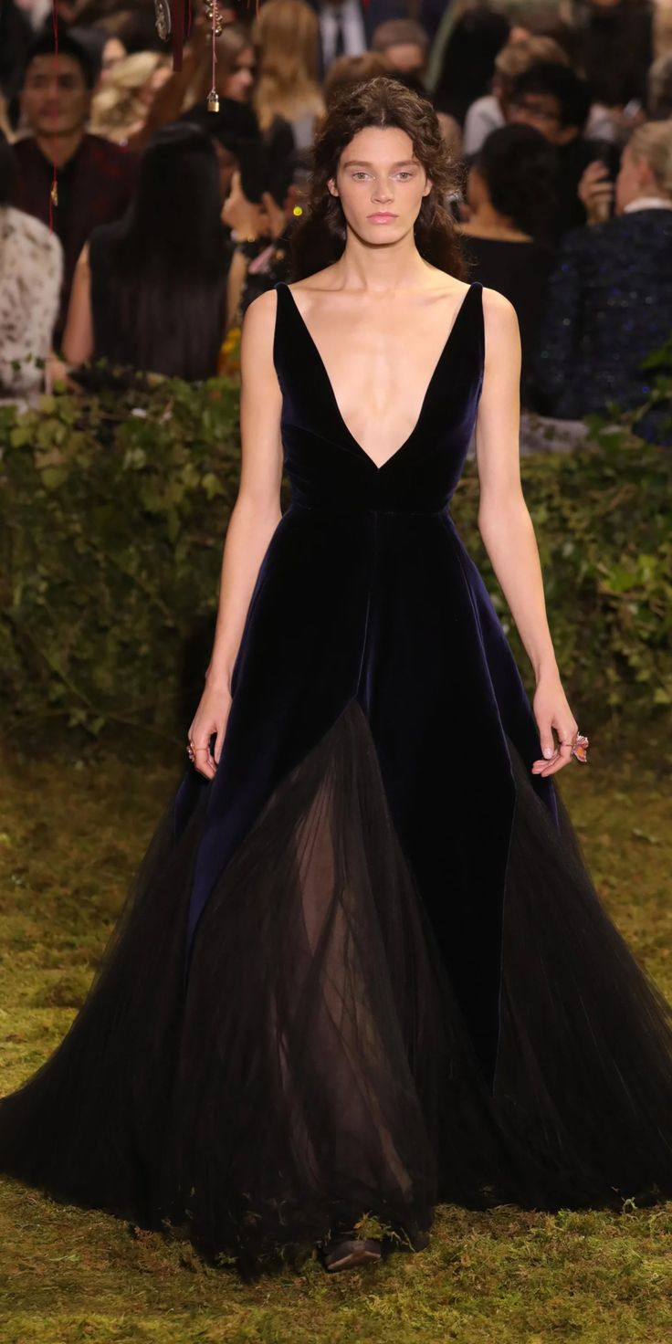 dior-haute-couture-2017-spring-ink-velvet-panelled-ballgowns-with-black-tulle-skirt