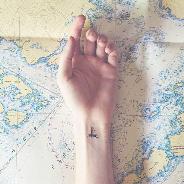 O fotógrafo americano Austin Tott desenvolveu um ensaio sobre o conceito Tiny Tattoos. A ideia é incluir uma pequena tatuagem em um cenário que dialogue com ela.