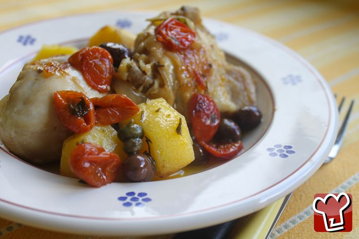 Prepariamo il pollo alla contadina con gli ottimi ingredienti che sicuramente abbiamo tutti in dispensa: olive, capperi e qualche pomodoro confit.