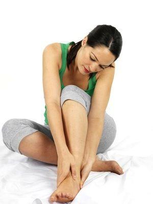 Cors aux pieds : remède de grand-mère - 6 comprimés d'aspirine effervescent+15 ml de jus de citron+15 ml d'eau Diluez l'aspirine avec le jus de citron et l'eau. Appliquez la pâte obtenue sur les cors. Enveloppez les pieds à l'aide d'un film plastique, puis couvrez d'une serviette chaude. Laissez agir 10 à 20 minutes. Enlevez la pâte puis frottez délicatement les cors ramollis avec une pierre ponce.