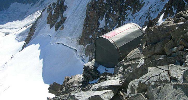 BIVACCO RAUZI - A poche decine di metri dalla vetta del Monte Disgrazia alla confluenza della sua cresta N (la Corda Molla) e la cresta SE proveniente dal rifugio Desio a quota 3640 metri