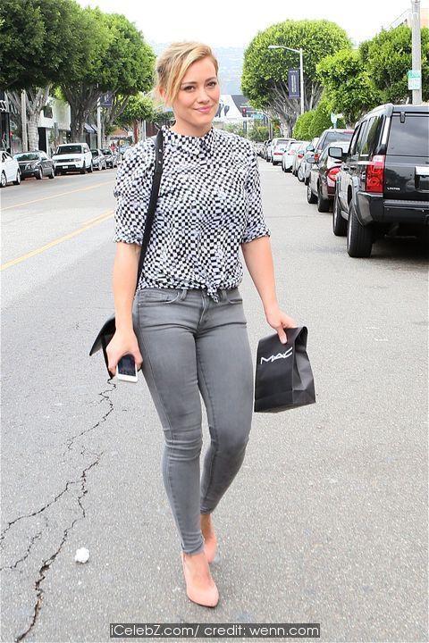 Hilary Duff  leaves MAC Cosmetics on Robertson Blvd http://icelebz.com/events/hilary_duff_leaves_mac_cosmetics_on_robertson_blvd/photo2.html