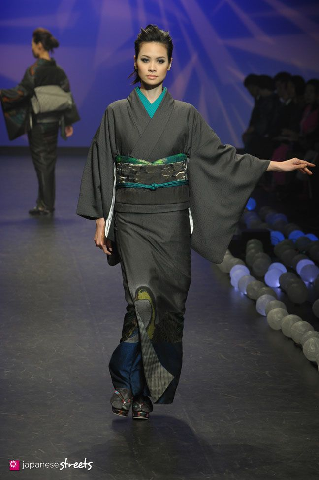 kimononagoya: More bird motifs from the Saito show with this set. It looks like it could be a duck, but could be also be a goose or some magical bird (I think it's a duck based on the 'face' though despite the longish neck) A formal, very dark grey kimono with saturated turquoise eri and obiage brighten and add a youthful dimension to this outfit, however it could very well be worn by an elderly lady. The use of blue and green however gives a subtle of illusion of water and also makes it a…