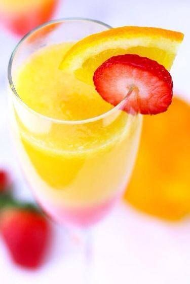 Freshly squeezed orange juice, filled with vitamin C and potassium: a good healthy choice for a natural beverage with our breakfast.