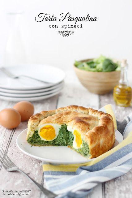 La torta Pasqualina è un grande classico della cucina italiana. Una torta salata, tipica della tradizione ligure, in cui la farcitura di ricotta, spinaci (o bietole) e uova viene racchiusa da un so