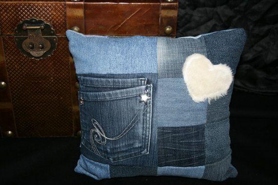 Jeanskissen mit Tasche und Plüschherz 30x30cm