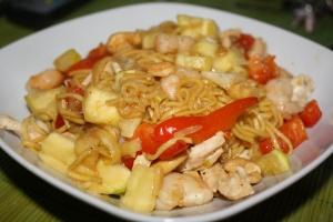 Wok de pollo con verduras y pasta con soja