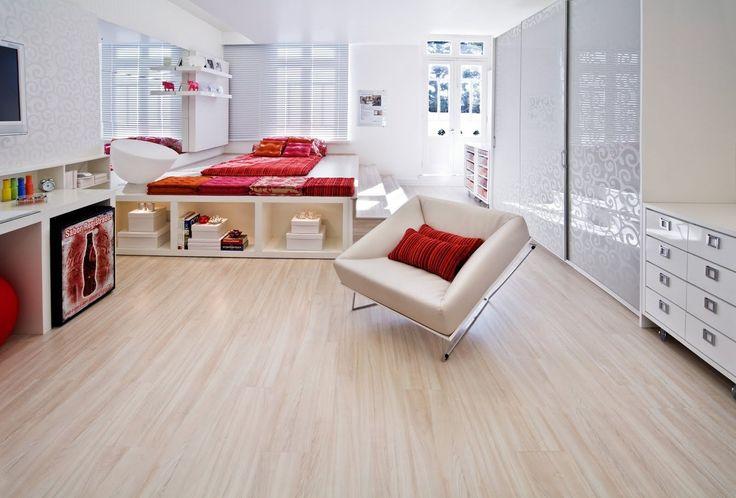 Na decoração de uma casa, o revestimento do piso tem uma grande importância. Uma das opções mais interessantes é o piso laminado. Este tipo de piso, adequa