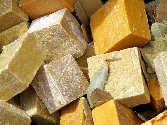 DIY sapone fatto in casa al miele e olio d'oliva: http://autoproduco.it/sapone-al-miele-fatto-in-casa/