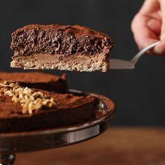 On l'appelle Royal ou Trianon. C'est mon gâteau coup de bluff pour les invités. Une dacquoise moelleuse, un croustillant chocolat praliné-gavottes et une mousse au chocolat onctueuse et aérienne ! Bref, trois couches de bonheur...