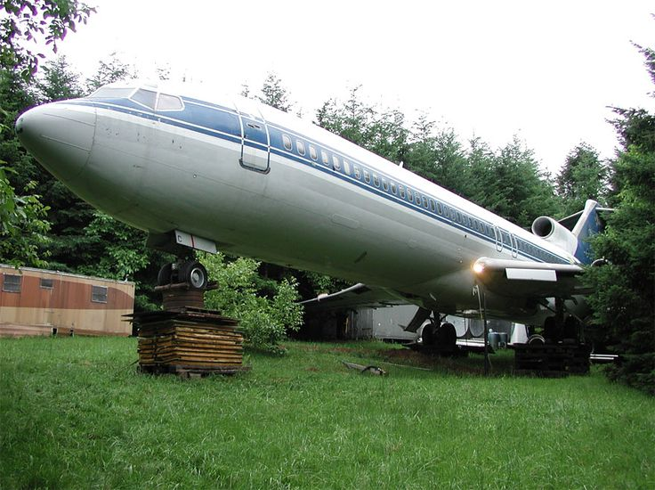 Bruce Campbell is an inventive engineer who bought a retired Boeing 727 aircraft fuselage and upcycled it into an unusual and innovative home. The huge 3-engine commercial airliner is propped up on concrete pillars in a suburban wooded area outside of Portland, Oregon, and has its own driveway.