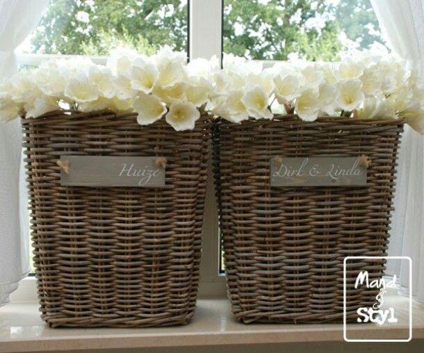 Grote manden met (kunst) bloemen en niets meer op de vensterbank. Less is more. Large baskets with flowers ,  just that on my window sill!