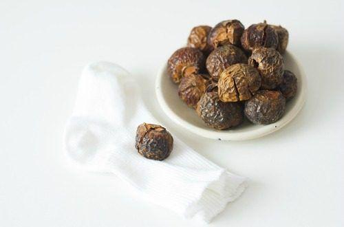 ソープナッツ又はランドリーナッツとも呼ばれているムクロジという木の実には汚れを落とすサポニンが含まれ洗剤としては究極の天然素材といわれています。アレルギーやお肌が敏感な赤ちゃん、子供には最適!そんなソープナッツを使った天然洗剤の作り方です。