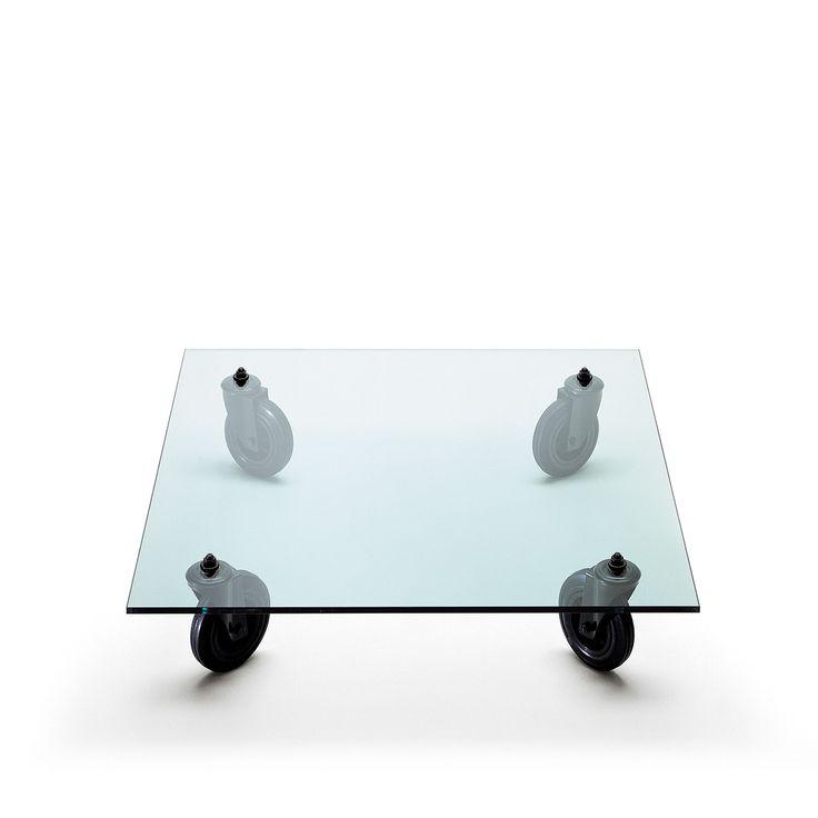 Il celebre Tavolo con Ruote disegnato da Gae Aulenti nel 1980 è uno dei prodotti più noti e più iconici di FontanaArte, esposto in innumerevoli musei tra cui la collezione permanente del Museum of Modern Art di New York e del Centre Pompidou di Parigi.