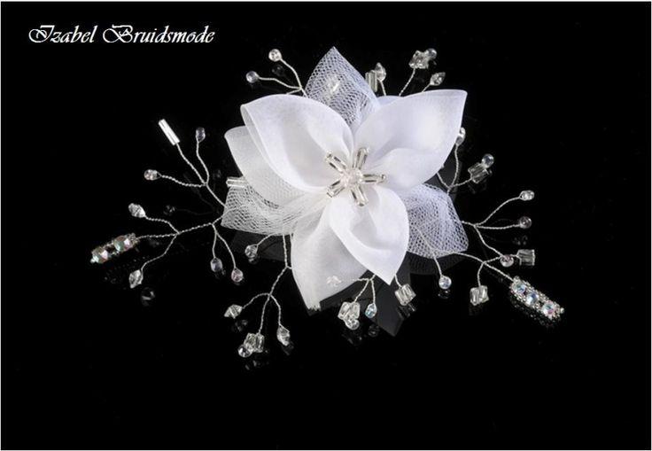 Prachtige bruids haarcorsage met bloemen motief.  De bloem is gemaakt van organza en tule.  Sierlijke takjes en bladeren in zilver zijn met heldere kraaltjes. -