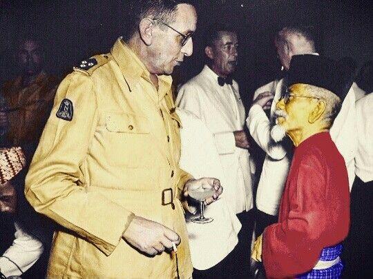 Ki Agus Salim berbincang dengan salah satu pembesar KNIL pada resepsi pembubaran tentara kerajaan Hindia Belanda, Jakarta 25 Juli 1950. (Koleksi Museum Bronbeek).  Colored by Ahmad Jazuli
