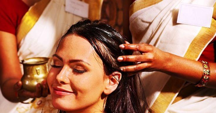 """Si eres de los que aman los masajes, puede que este video salga un poco de lo que estás acostumrado a ver, sin embargo en la India es muy común ver a personas haciendo fila por uno de estos masajes de cabeza """"reajantes"""". Estos turistas se ven bastante entretenidos grbándose mientras uno de ellos recibe esta curiosa relajación por manos de un indio local. Sin duda si quieres hacer las cosas a medias o con un poquito de coraje a tu pareja, ya sabes que siempre puedes decirle que es una técnica…"""