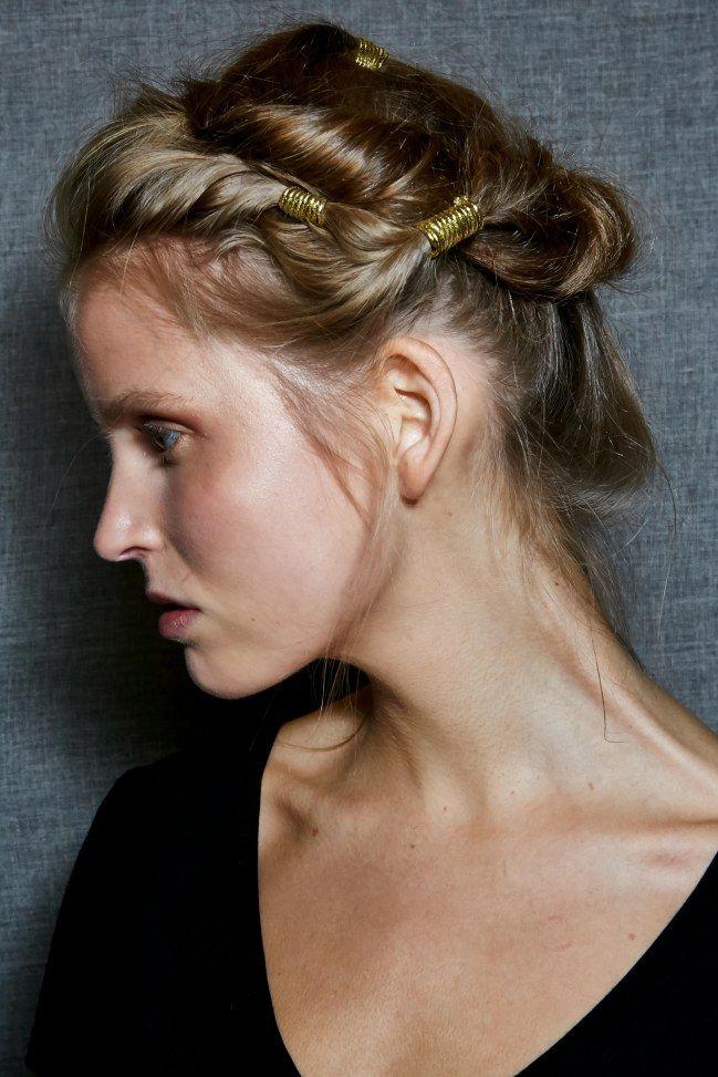 Chignon antique avec accessoire cheveux en métal - Fashion Week printemps / été 2016 - http://www.lothmann.com/nos-tendances-coiffures-inspirees-de-la-fashion-week-printempsete-2016/