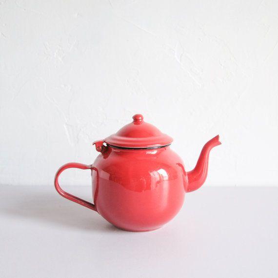Petite théière ancienne en émail rouge  par PetitBonheurTralala