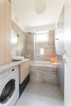 I do malé koupelny se vešlo vše potřebné: 170 cm dlouhá vana, umyvadlo, skříňka, pračka, kotel ukrytý v nábytku. Prostor zdobí ototpný žebřík Colona