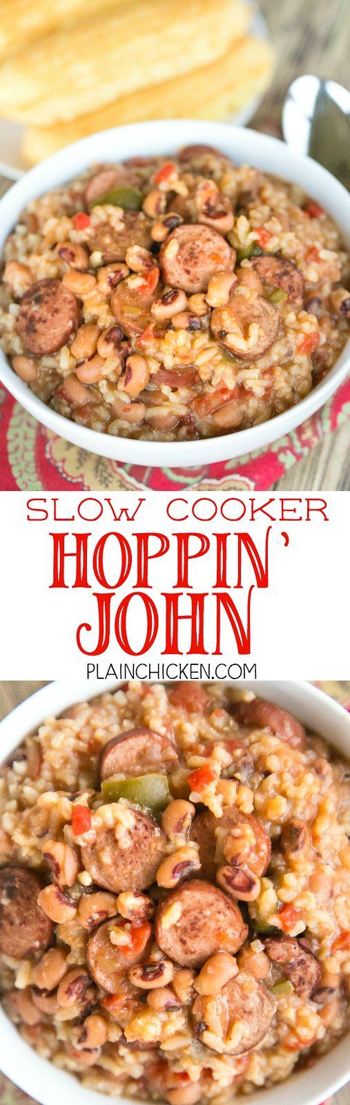 Olla de cocción lenta Hoppin 'John - perfecto para sonar en el Año Nuevo!  Black Eyed Peas, dados de tomate y chiles verdes, salchichas ahumadas, caldo de res, cebolla, pimiento, condimentos cajún y arroz.  La comida de comodidad en su mejor momento!  Todo lo que necesita es un poco de pan de maíz y ya está listo para comer!