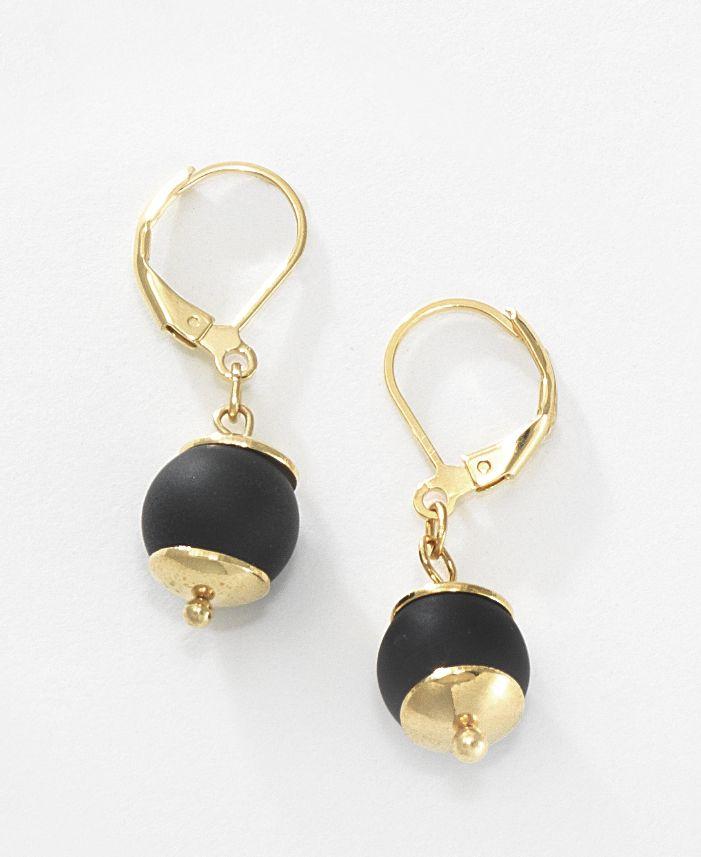 Elegantes y modernos aretes con colgante de piedra volcánica lisa de color negro, que ofrece lujo y estilo. Elaborado en 4 baños de oro de 18 kt. Combínalos con el collar 116301 y la pulsera 116305. Modelo: 116305