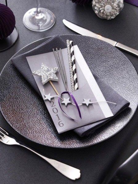 Wunderkerzen, Glitzersterne und ein kleines Geschenk zum Jahreswechsel. Mit dieser süßen Tischdeko können Sie Ihre Gäste an Silvester überraschen.