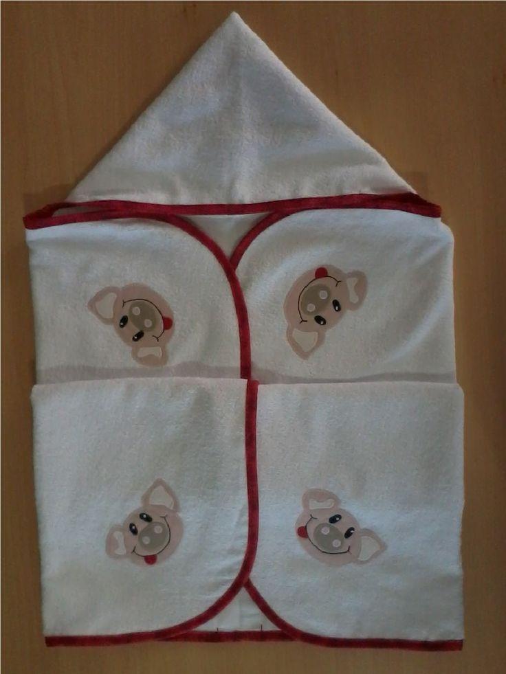 Toalha de banho em felpa branca com capuz, forro em tecido fralda, viés e patch apliquée em tecido 100% algodão. <br>*medida do capuz 20 cm <br>**a cor do viés pode ser escolhida e o tema personalizado.