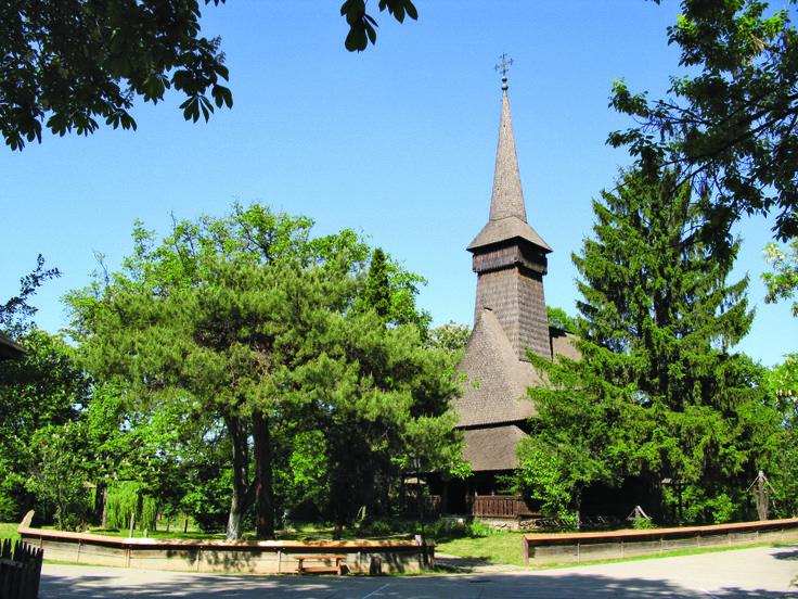 Adusă de echipele profesorului Dimitrie Gusti în 1936, biserica din Dragomireşti, judeţul Maramureş, a fost construită în 1722, pe locul alteia arsă de tătari la 1717.