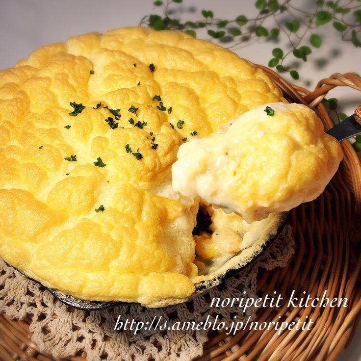マツコの知らない世界を見ていて 無性に食べたくなって翌日に作った星乃珈琲店風の スフレドリアです(*´艸`*) チキンライスは炊飯器で、ホワイトソースはレンジで 簡単に(*´▽`*)ノ 本家は1人分に卵白2個、卵黄1個を使うそうですが私は全卵で作りました♡ <チキンライス> *お米 1カップ *鶏ささみ 1〜2本 (1.5〜2cm角くらいに切る) *玉ねぎ 1/4個(みじん切り) *冷凍コーン 大さじ3 *ケチャップ 大さじ2.5〜3 *コンソメ 1/2個 *塩、こしょう 少々 <ホワイトソース> *バター 15g *薄力粉 15g *牛乳 200cc <その他> *卵 2〜3個 *塩 ひとつまみ *とけるスライスチーズ 2枚 1.チキンライスを炊く。 ササミに塩、こしょう、ケチャップで下味をつける。 研いだお米に玉ねぎ、下味をつけたササミ(調味料ごと)、コンソメを加えたら炊飯器の目安の線まで水を加えて全体を混ぜて普通に炊く。 2.ホワイトソースを作る。 (作り方は参考レシピへ) オーブンを190度に予熱スタート。 3.卵は卵白と卵黄に分けて ボウルに卵白を入...