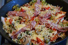 Super lekkere en makkelijke panpizza. Brood in de pan en alles wat je lekker lijkt erop. Even wachten en je hebt een heerlijke pizza!