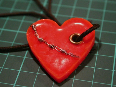 Barb Wire Wrapped Heart NecklacePonies Beads, Beads Necklaces, Wire Wraps, Melted Ponies, Heart Necklaces, Diy Necklace, Diy Jewelry, Barbed Wire, Wire Necklace