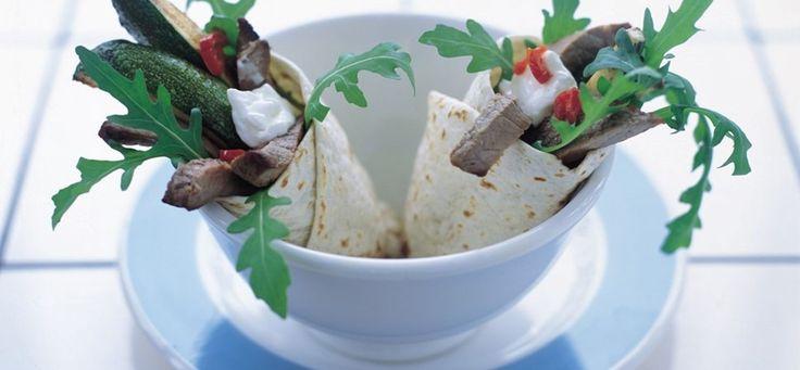 Wrap med oksesteaks og græsk hvidløgsyoghurt