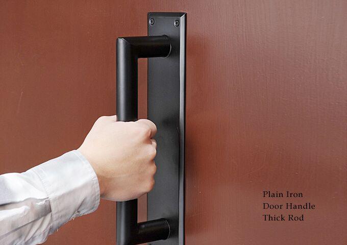 マットブラックのアイアン製ドアハンドル 太めの持ち手がアクセントに